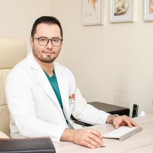 Dr. Víctor Adrián López López - Traumatólogo y Ortopedista